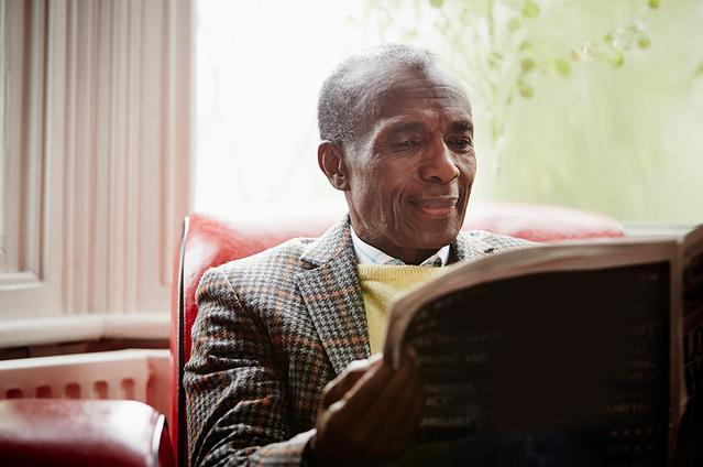 Image d'un homme mature lisant le journal.